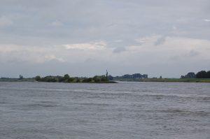 De kruising van de Rijn en het Pannerdens-kanaal tegenover Millingen aan de Rijn.